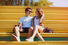 Det soliga ståendebarnet kopplar ihop förälskad sommar, stilfulla tonåringar Fotografering för Bildbyråer