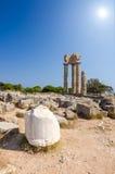 Det soliga vertikala landskapet av Apollo fördärvar på Rhodes Arkivfoto