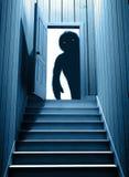 Det spöklika monstret med att glöda synar i öppnad dörr vektor illustrationer