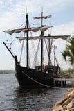 Det spanska segla skeppet med seglar från historia royaltyfri bild