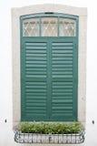 Det stängda gröna fönstret royaltyfria bilder
