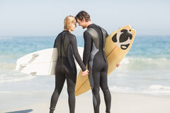 Det stående huvudet för lyckliga par - - head med surfingbrädan Arkivfoton