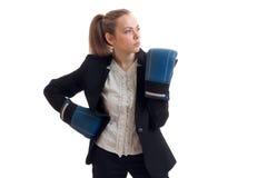 Det störande unga härliga blonda anseendet i boxninghandskar och ett kontor passar Royaltyfri Foto