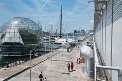 Det st?rsta akvariet i Europa På vänstra sidan - grönt hus för biosfär royaltyfri bild