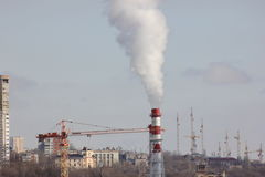 Det stads- landskapet av att röka fabriksrör royaltyfria bilder