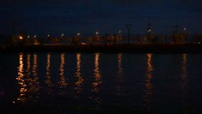 Det stads- nattlandskapet med stadsljus reflekterade i vatten lager videofilmer