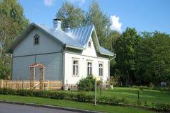 Det standarda trähuset som byggs på slutet av det 19th århundradet för arbetare av järnvägen Kouvola Finland royaltyfria foton
