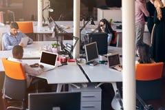 Det Startup affärsfolket grupperar funktionsdugligt dagligt jobb på det moderna kontoret royaltyfri bild
