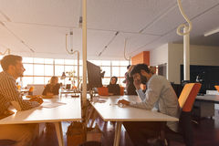 Det Startup affärsfolket grupperar funktionsdugligt dagligt jobb på det moderna kontoret arkivfoto