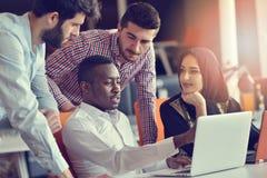 Det Startup affärsfolket grupperar funktionsdugligt dagligt jobb på det moderna kontoret arkivbilder