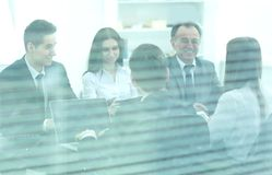 Det Startup affärsfolket grupperar funktionsdugligt dagligt jobb på det moderna kontoret royaltyfria bilder
