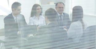 Det Startup affärsfolket grupperar funktionsdugligt dagligt jobb på det moderna kontoret arkivbild