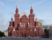 Det statliga historiska museet på röd fyrkant i försommarmorgonen - den första okändan till turister Arkivfoto
