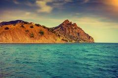 Det steniga havet seglar utmed kusten Arkivfoto