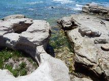 Det steniga havet seglar utmed kusten Arkivbilder