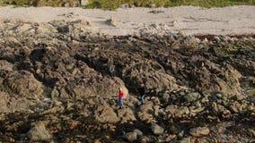 Det steniga landskapet på det Malin huvudet på den atlantiska kusten av Irland stock video