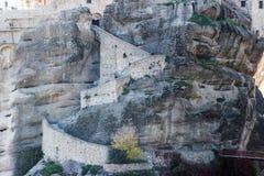Det steniga tempelChristian Orthodox komplexet av Meteora är en av de huvudsakliga dragningarna av norden av Grekland royaltyfri bild