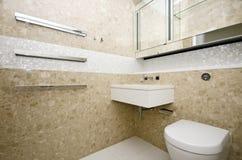 Det stilfulla badrummet med den rektangeltvättställen och mosaiken belade med tegel väggen royaltyfri fotografi