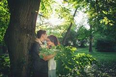 Det stiliga anseendet för ung man parkerar in och kyssa hans flickvän arkivbild