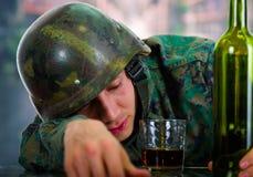 Det stiliga barnet tjäna som soldat bärande enhetligt lidande från spänningen som är efterkrigs-, med ett exponeringsglas av ron  Fotografering för Bildbyråer