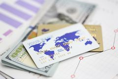 Det stora beloppet av hundra US dollar skyler ?ver brister sedlar royaltyfri bild