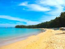 Det stora blå himmel och stillhetAndaman havet på Nai Yang sätter på land i Phuket Thailand royaltyfria bilder
