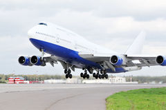 Det stora passagerareflygplan tar av på flygplatsen. Arkivbild