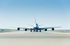 Det stora flygplanet på landningsbanan som är klar för start Royaltyfri Foto