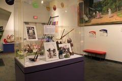 Det stora glass fallet fyllde med historiska objekt av grundaren, Margaret Woodbury Strong, det starka museet, Rochester, New Yor Royaltyfri Foto