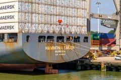 Det stora havsbehållareskeppet anslöt i behållareterminalen av ret arkivfoton
