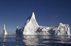Det stora isberget med några överträffar av kusten Royaltyfria Bilder