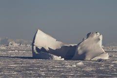 Det stora isberget som klibbades i kanalen, stoppade till med is i Antarcen Royaltyfri Fotografi