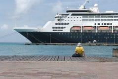 Det stora kryssningskeppet anslöt på porten av Aruba Arkivbilder