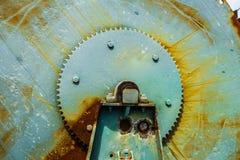 Det stora kugghjulet rullar in blått med rost Royaltyfri Fotografi