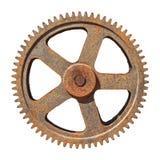 Det stora kugghjulhjulet förser med kuggar rostigt på vit bakgrund Royaltyfri Fotografi