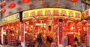 Det stora lagret säljer kinesiska garneringar för nytt år Arkivbild