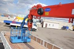 Det stora lastbilkrananseendet på en konstruktionsplats - Ryssland, Krim - kunna 14, 2016 Arkivfoton