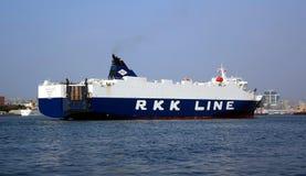 Det stora lastfartyget skriver in den Kaohsiung hamnen Fotografering för Bildbyråer