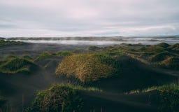 Det stora molnet täckte vestrahorn på stokksnes i Island svart pittoresk sandstrand ingen touristic fläck för folk arkivfoto