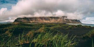 Det stora molnet täckte vestrahorn på stokksnes i Island svart pittoresk sandstrand ingen touristic fläck för folk Royaltyfri Bild