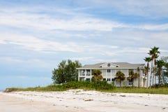 Hav beklär strandhuset Arkivfoto