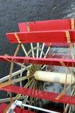 Det stora skovelhjulet från en ångbåt royaltyfri foto