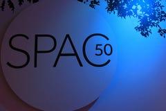 Det stora tecknet tände i blått som firar det 50th året för SPAC-` s, Saratoga Springs, New York, 2017 Arkivfoto