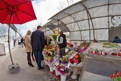 Det stora valet av blommor på provisoriet marknadsför i staden Arkivbild