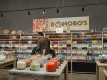 Det stora valet av sötsaker i en godis shoppar royaltyfri fotografi