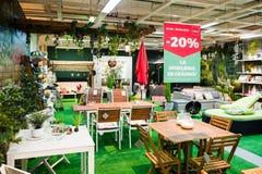 Det stora valet av trädgårds- möblemang på återförsäljnings- shoppar arkivfoton