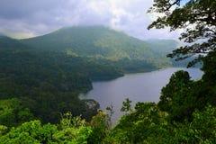 Det storartade landskapet till Bedugul sjön Fotografering för Bildbyråer