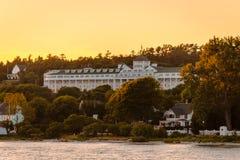 Det storslagna hotellet på solnedgången från Lake Huron Royaltyfri Bild