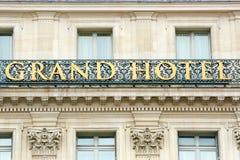 Det storslagna hotellet undertecknar in Paris, Frankrike Arkivbilder