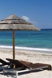 Det strandstolar och paraplyet med havet beskådar Royaltyfri Bild